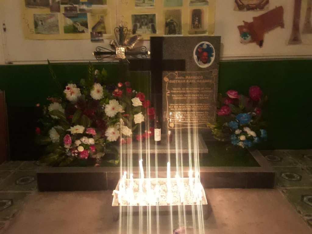Vielleicht besucht ihr einmal die kleine Kirche in den Bergen Boliviens mit dem Grab von Padre Dietmar.